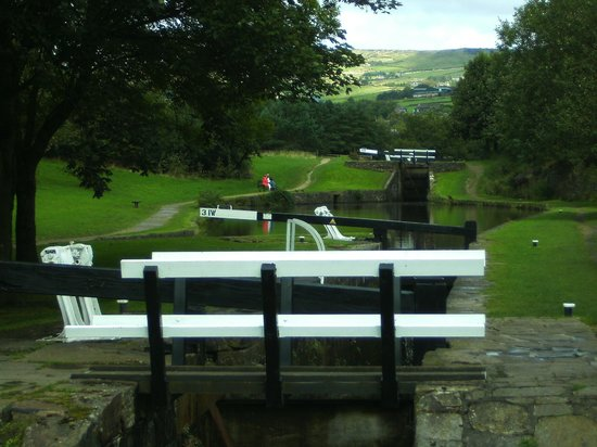 Standedge Tunnel & Visitor Centre: Locks at Diggle.