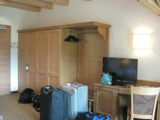 Hotel Grones: Closet area in Room