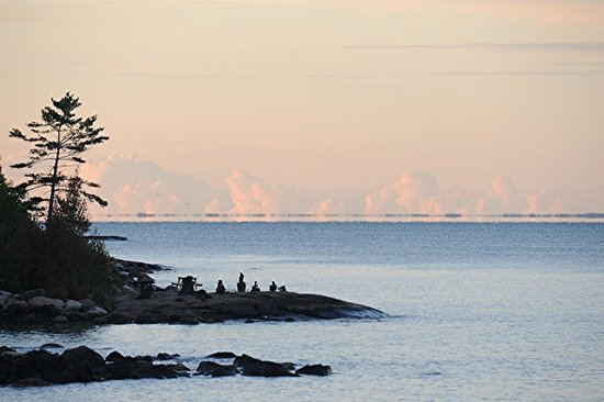 Bruce Bay Cottages : Sunset view of a rocky picnic beach populated with inukshuk