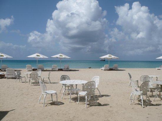 Arenas Beach Hotel: White sandy beach