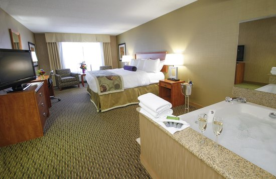 The Inn On Lake Superior: King Whirlpool Suite