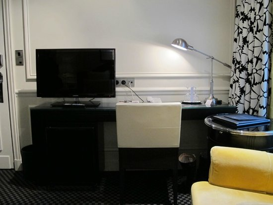 Hotel Keppler: Desk & TV in room