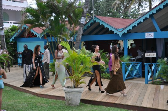 Bougainvillea Beach Resort: The fashion show on the board walk