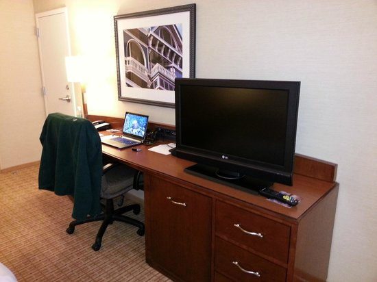 San Francisco Marriott Fisherman's Wharf: TV / Desk Area
