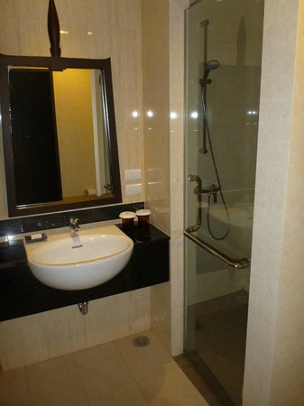 Centara Anda Dhevi Resort and Spa : Bathroom, nice shower