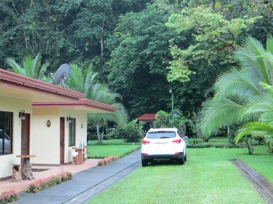 Hotel Lavas del Arenal:                   Parkplatz direkt vor der Tür