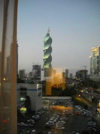 Radisson Decapolis Hotel Panama City:                   el hotel está frente al edificio denominado el tornillo