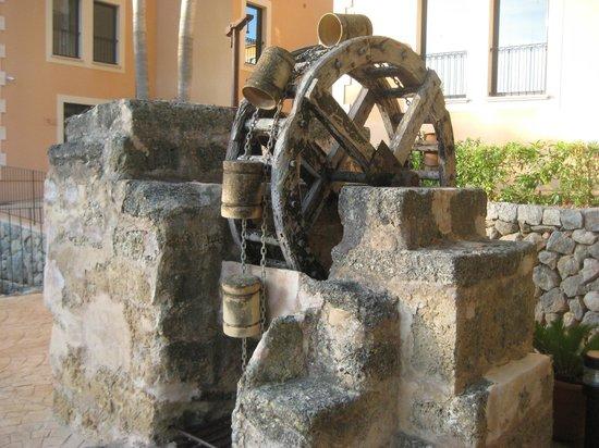 مون بورت هوتل آند سبا:                                     Old water wheel near car park                             