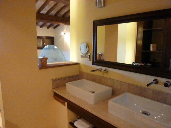 Vogue Hotel Arezzo:                   Bathroom double sinks