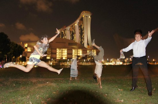 Pillow Talk Backpacker's Hostel:                                     YA!I touch the Sands Skypark!