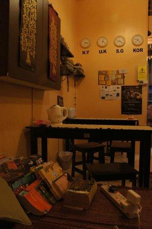 Pillow Talk Backpacker's Hostel :                                     drink、chat & eat