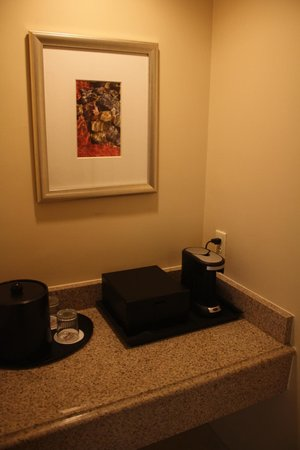 Columbus Marriott: Coffee area in room
