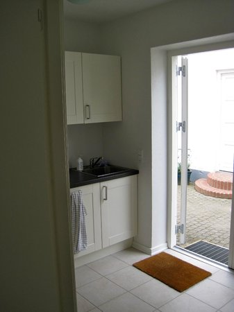 Blommenslyst Bed & Breakfast: kitchen (shared) for the 2 b&b rooms and main entrance