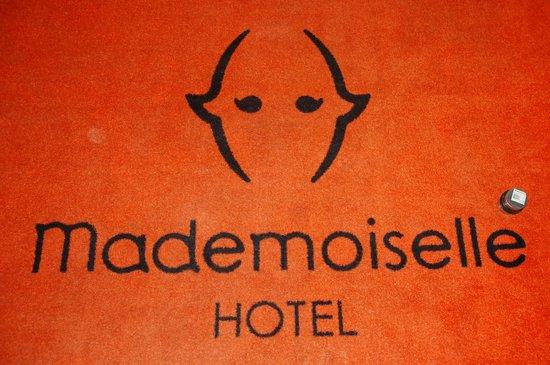 Hotel Mademoiselle:                   Tapis de la réception