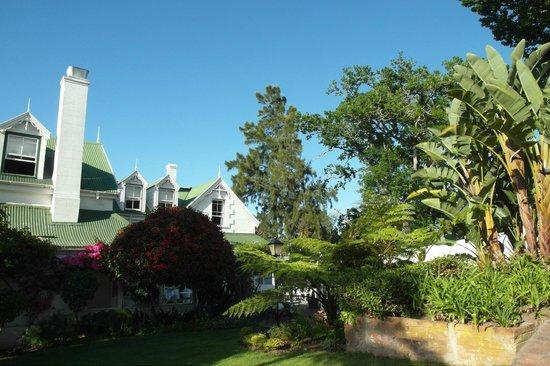 Falcons View Manor:                   Sicht aus dem Garten auf das Manor House