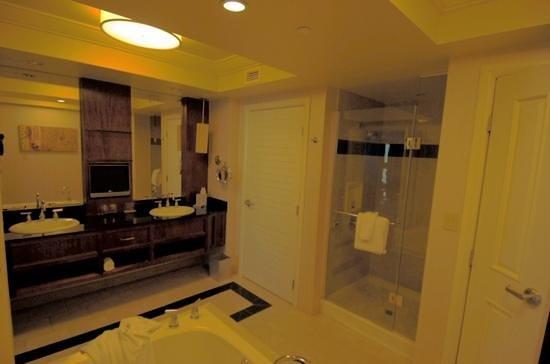 Mandalay Bay Resort & Casino: Bathroom Rm 24-334