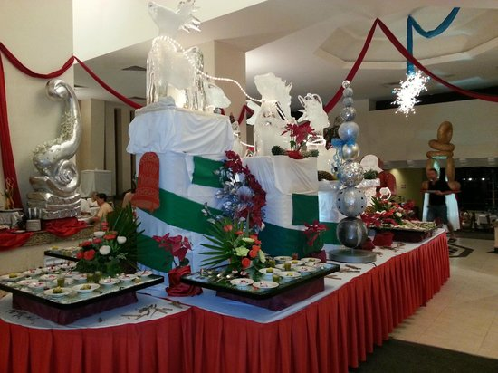 Royal Solaris Cancun:                   Christmas snow decorations in Dining area