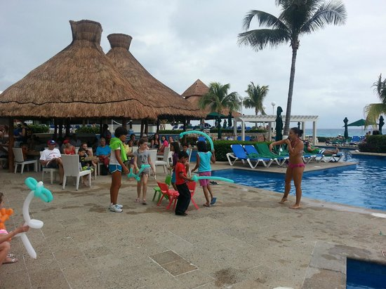 Royal Solaris Cancun:                   Kids activities at pool
