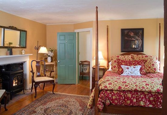 ‪‪Pilgrim's Inn‬: Room 7 is a cozy mid sized room with queen bed on the second floor in front‬