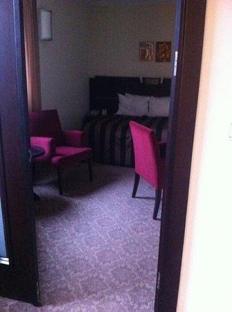 Leonardo Hotel Budapest:                   la deuxième partie de notre chambre