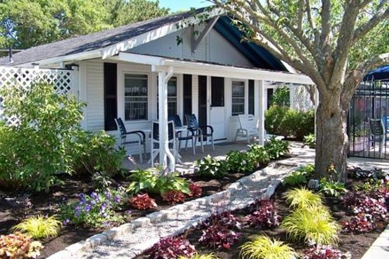 Ebb Tide Cottages: Cottage with porch