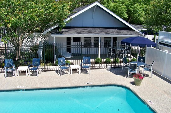 Ebb Tide Cottages: Poolside Cottage