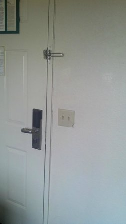 Extended Stay America - Orlando - Maitland - Summit:                   door frame cracked away from wall                 