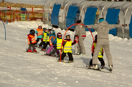 Amiamo Familotel Zell am See:                   Ski school for kids