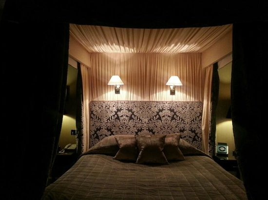 Mar Hall Golf & Spa Resort:                   Four poster bed in Deluxe Room
