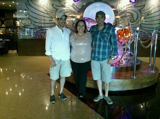 Hard Rock Hotel Cancun:                   Con nosotros Consuelo Villegas, nuestra Concierge Assistant.  Hizo nuestra est