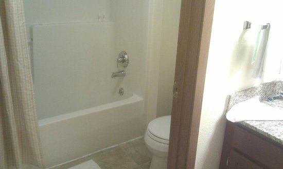 TownePlace Suites Gaithersburg: Shower and toilet