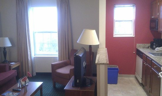 TownePlace Suites Gaithersburg: Living area and kitchenette