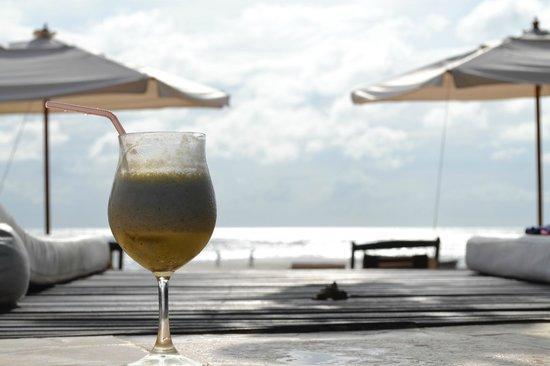 Casa na Praia:                   Drink delicioso na beira da piscina