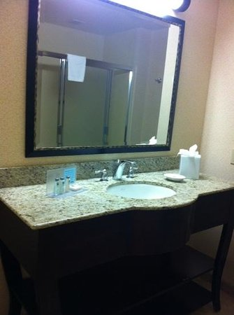 Hampton Inn Los Angeles / Orange County / Cypress: bathroom room 128