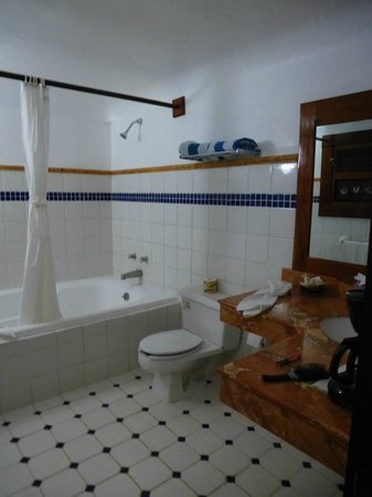 The Lodge at Uxmal: Very well supplied large bathroom