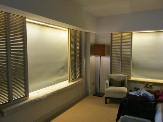 Hotel Arts Barcelona: cool automatic shades that come down
