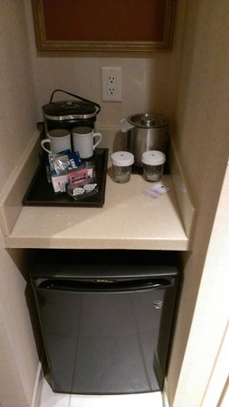 DoubleTree Fallsview Resort & Spa by Hilton - Niagara Falls: Coffee/fridge area