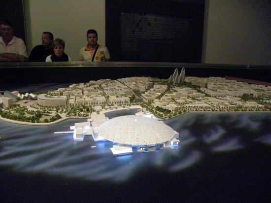 Manarat al Saadiyat :                   Plastico Abu Dhabi 2030 con Museo Louvre