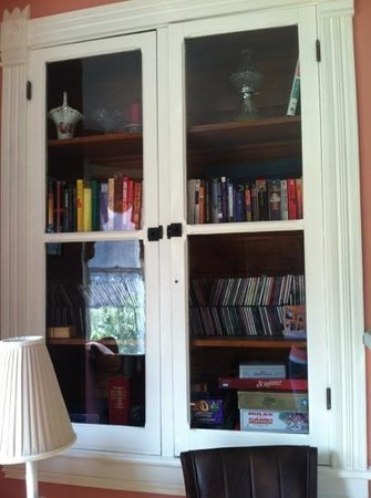 Afton Mountain Bed & Breakfast: I love these bookcases!