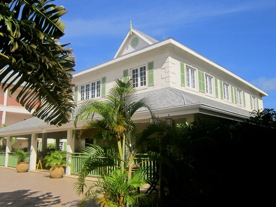 Bay Gardens Beach Resort: Hotel main building with reception