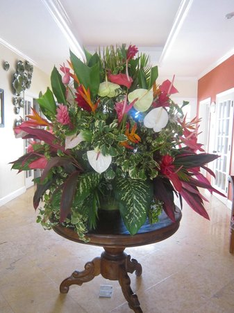 Bay Gardens Beach Resort: Beautiful bouquet in the lobby