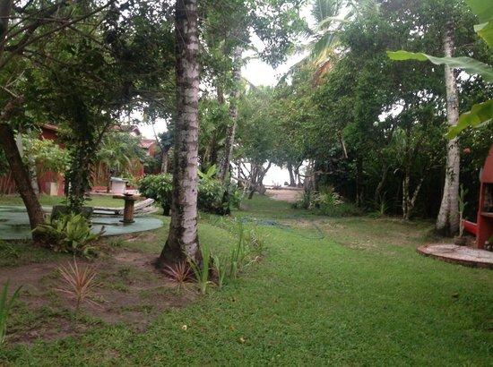 Sítio São Francisco - Pousada de Charme:                   Vista del jardín, al fondo la salida a la playa                 