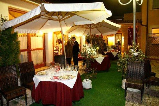 L'Angolo Ristorante & Pizzeria:                   Outside