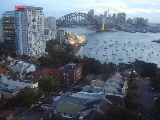 North Sydney Harbourview Hotel: View from our 11th floor room at dusk