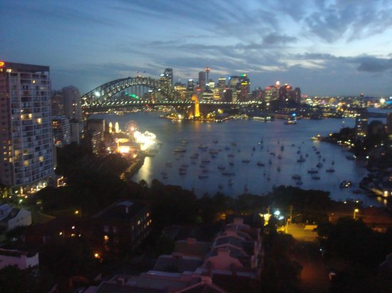 North Sydney Harbourview Hotel: View at night