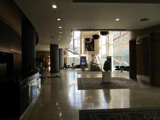 Hilton Belfast: cool lobby