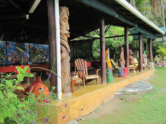 La Leona Eco Lodge: The eating area was also a sitting area.  This was a popular area to sit any time of the day.