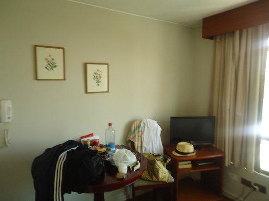 Apart Neruda:                   Pequeno e sem ar condicionado e ventilador de teto
