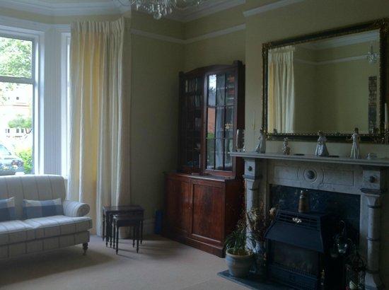 Oaklodge Bed & Breakfast: Living Room, very nice