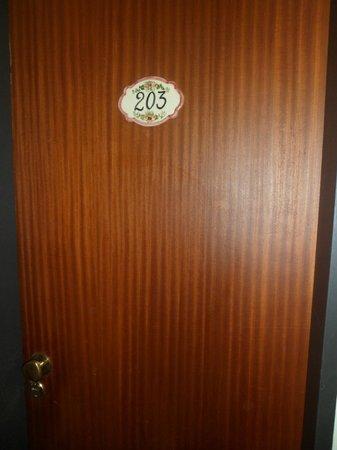 Hotel del Viejo Esquiador: Puerta hab.203. Hotel del Viejo Esquiador- San Martín de los Andes 2013.